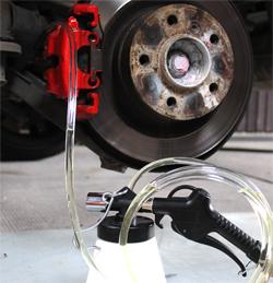 Bremsenentlüftungsgerät im Einsatz