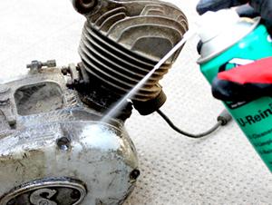 Hier wird der Bremsenreiniger als Teilereiniger benutzt